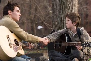 Freddie Highmore e Jonathan Rhys-Meyers in una scena di August Rush