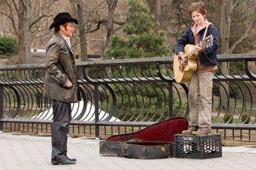 Freddie Highmore e Robin Williams in una sequenza di August Rush