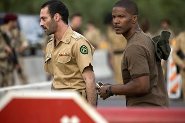 Jamie Foxx con Ashraf Barhoum in una scena di The Kingdom