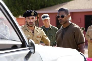 Jamie Foxx e Chris Cooper  in una scena di The Kingdom