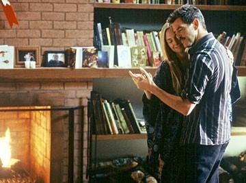 Pierce Brosnan e Hope Davis in una scena di The Matador
