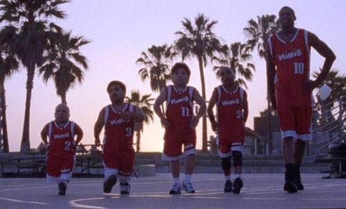 Dennis Rodman e i 'mini atleti' protagonisti di The Minis - Nani a canestro