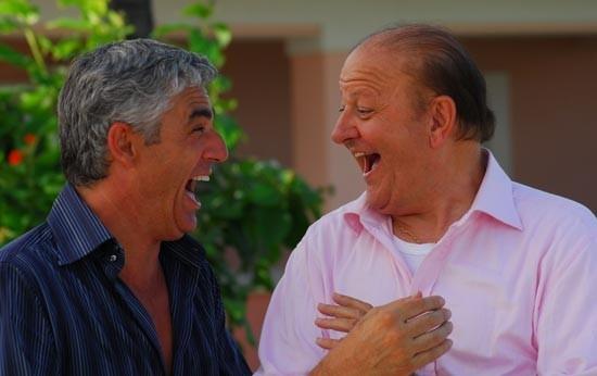 Biagio Izzo e Massimo Boldi in una sequenza di Matrimonio alle Bahamas