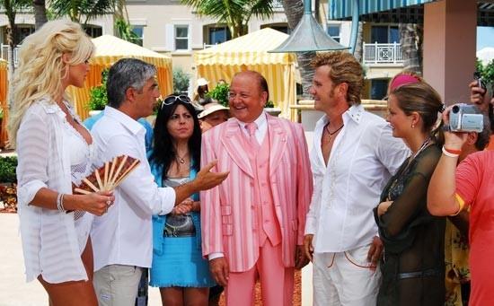 Enzo Salvi e Massimo Boldi con la bionda Victoria Silvstedt  in una scena di Matrimonio alle Bahamas