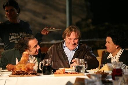 Gerard Depardieu con Nino Frassica in una scena del film L'Abbuffata