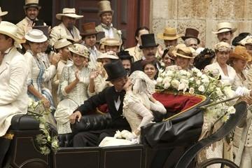 Benjamin Bratt con Giovanna Mezzogiorno in una scena de L'amore ai tempi del colera
