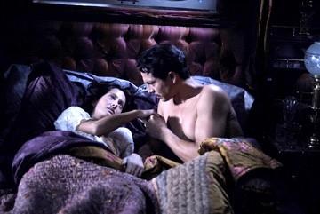 Benjamin Bratt e Giovanna Mezzogiorno in una scena de L'amore ai tempi del colera