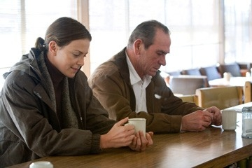 Charlize Theron con Tommy Lee Jones in una scena del film In the Valley of Elah