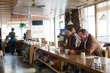 Charlize Theron e Tommy Lee Jones in una scena del film Nella valle di Elah