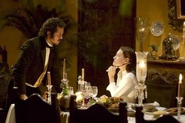 Giovanna Mezzogiorno con John Leguizamo in una scena de L'amore ai tempi del colera