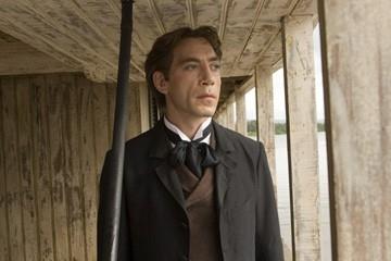Il fascinoso Javier Bardem in una scena de L'amore ai tempi del colera