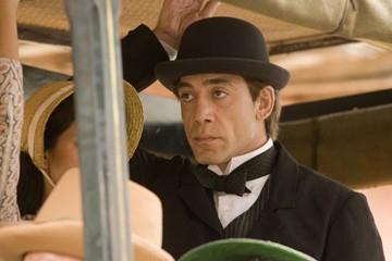 L'attore spagnolo Javier Bardem in una scena de L'amore ai tempi del colera