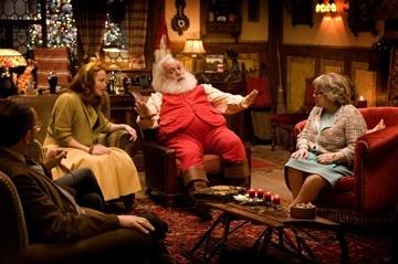 Miranda Richardson, Paul Giamatti e Kathy Bates in una scena di Fred Claus