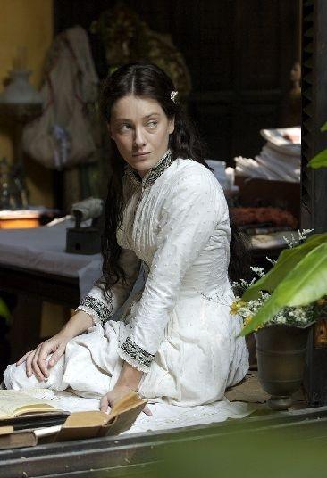 Una splendida Giovanna Mezzogiorno in una scena de L'amore ai tempi del colera