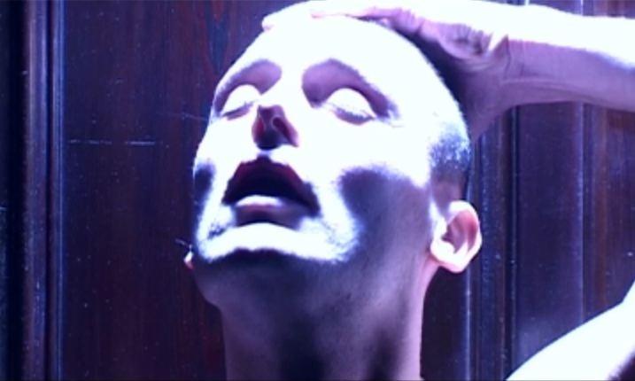 Andrea Riva in una sequenza del film Gli arcangeli