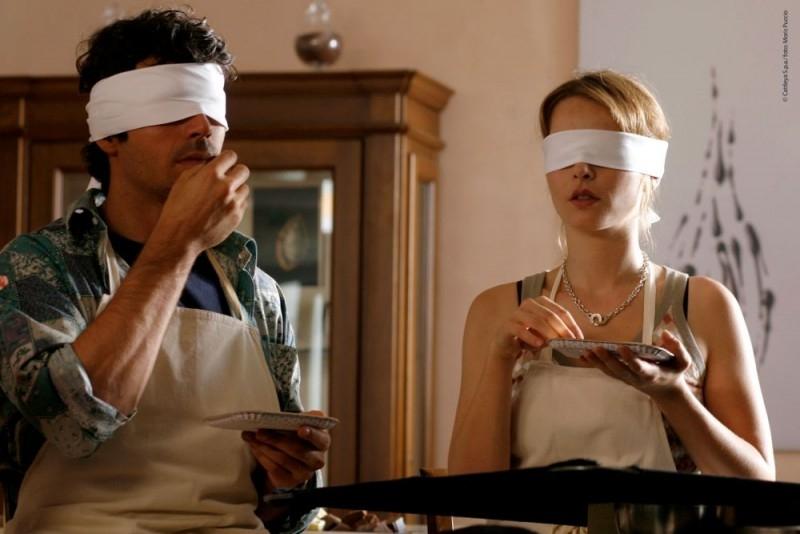 Violante Placido e Luca Argentero bendati in una scena di Lezioni di Cioccolato