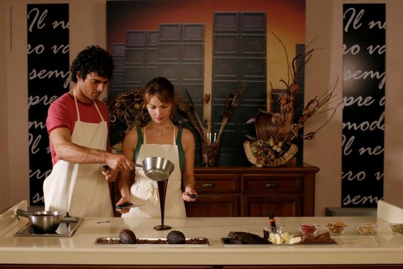 Violante Placido insieme a Luca Argentero in una scena di Lezioni di Cioccolato
