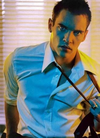 Jonathan Rhys Meyers si slaccia la cravatta