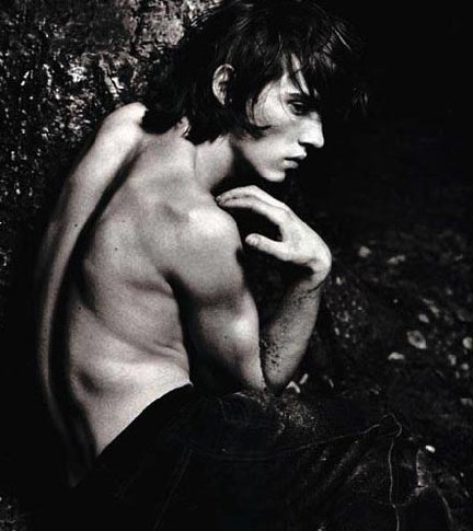 Jonathan Rhys Meyers in una posa sensuale