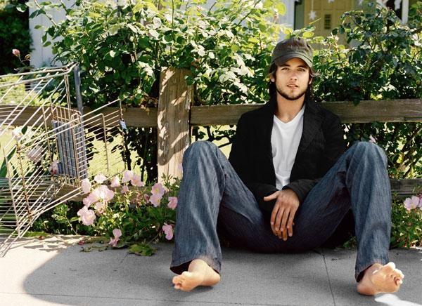 piedi scalzi e cappellino da baseball per Justin Chatwin