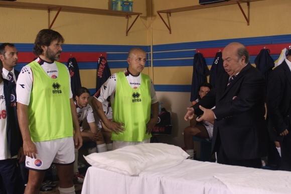 Lino Banfi torna nei panni del mitico Oronzo Canà ne L'allenatore nel pallone 2 (2007)