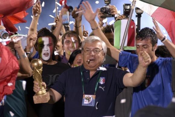 Lino Banfi festeggia nei panni del mitico Oronzo Canà ne L'allenatore nel pallone 2