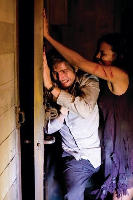Michael Stahl-David e Jessica Lucas in una scena di Cloverfield