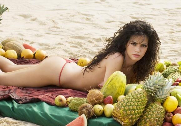 Laura Torrisi è la fruttivendola che diventa star da calendario in Una moglie bellissima.