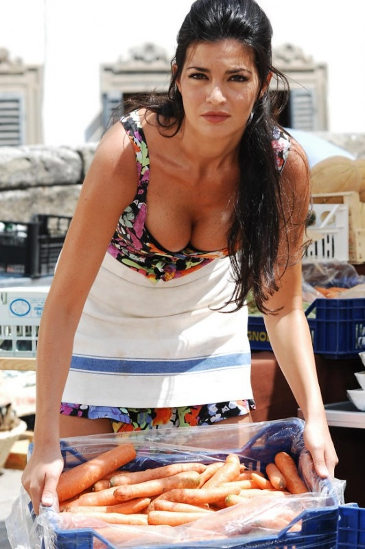 La sexy fruttivendola Laura Torrisi in una scena di Una moglie bellissima