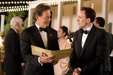 Nicolas Cage con Bruce Greenwood in una sequenza del film National Treasure 2: Il Mistero delle pagine perdute