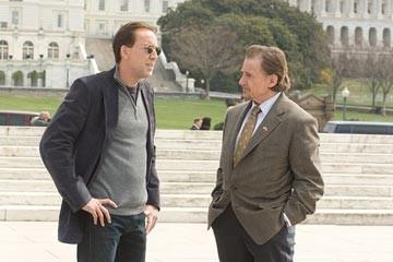 Nicolas Cage con Harvey Keitel in una sequenza del film National Treasure 2: Il Mistero delle pagine perdute