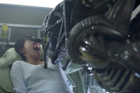 Victoria Bidewell in una scena terrificante di Alien vs. Predator 2