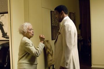 Denzel Washington con Ruby Dee in una scena del film American Gangster