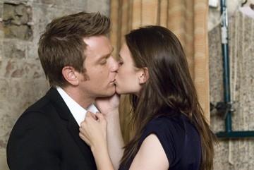 Hayley Atwell bacia Ewan McGregor in una scena di Sogni e Delitti