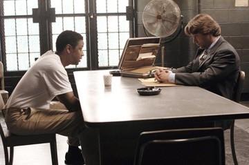 Russell Crowe e Denzel Washington in una scena di American Gangster