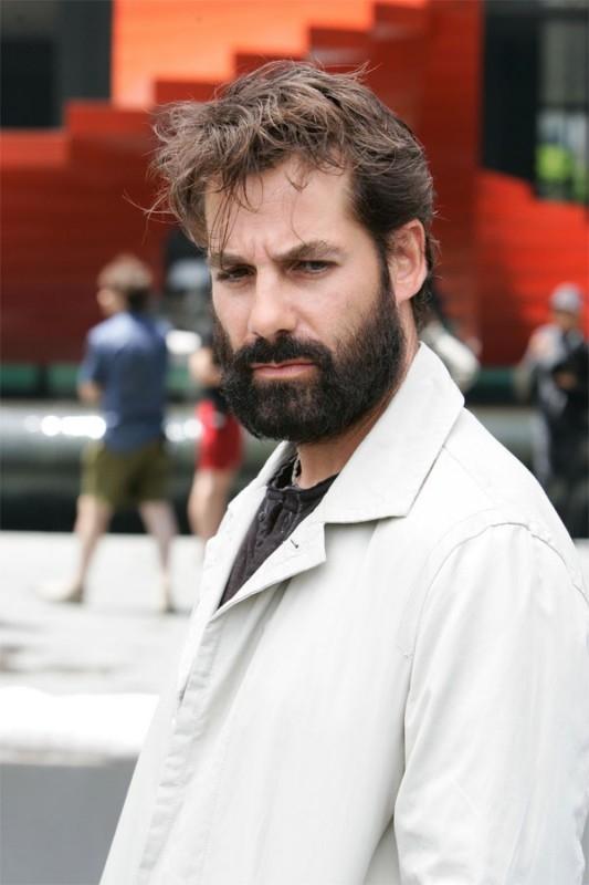 Heroes Volume II - Episodio 1: Nathan Petrelli (Adrian Pasdar) con la barba e l'aspetto trasandato.