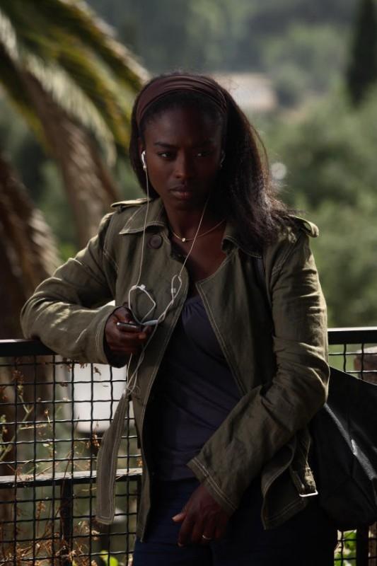 Aissa Maiga in una scena del film Bianco e Nero