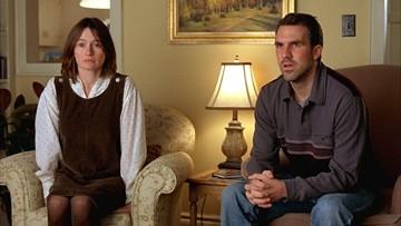 Emily Mortimer e Paul Schneider in una scena di Lars e una ragazza tutta sua