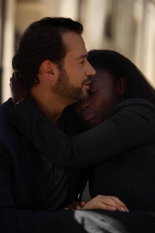 Fabio Volo abbraccia Aissa Maiga in una scena del film Bianco e Nero