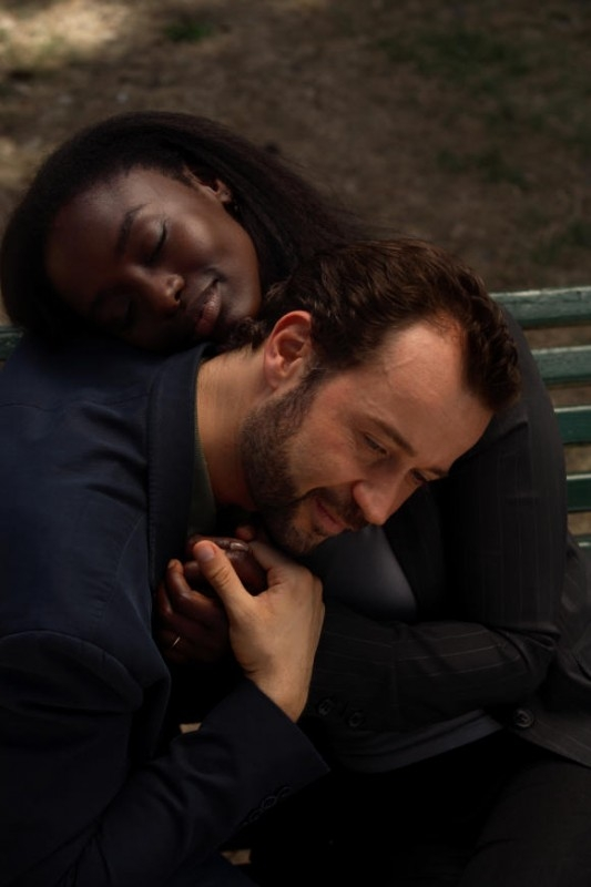 Fabio Volo ttra le braccia di Aissa Maiga in una scena del film Bianco e Nero