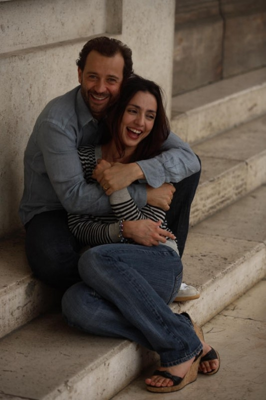 Ambra Angiolini tra le braccia di  Fabio Volo in una scena del film Bianco e Nero