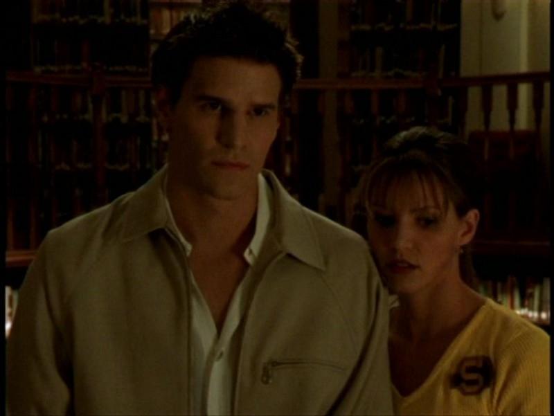 David Boreanaz e Charisma Carpenter in una scena dell'episodio 'Pezzi di ricambio' di Buffy - L'ammazzavampiri