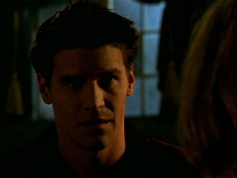 David Boreanaz in una scena dell'episodio 'L'ombra del maestro' di Buffy - L'ammazzavampiri