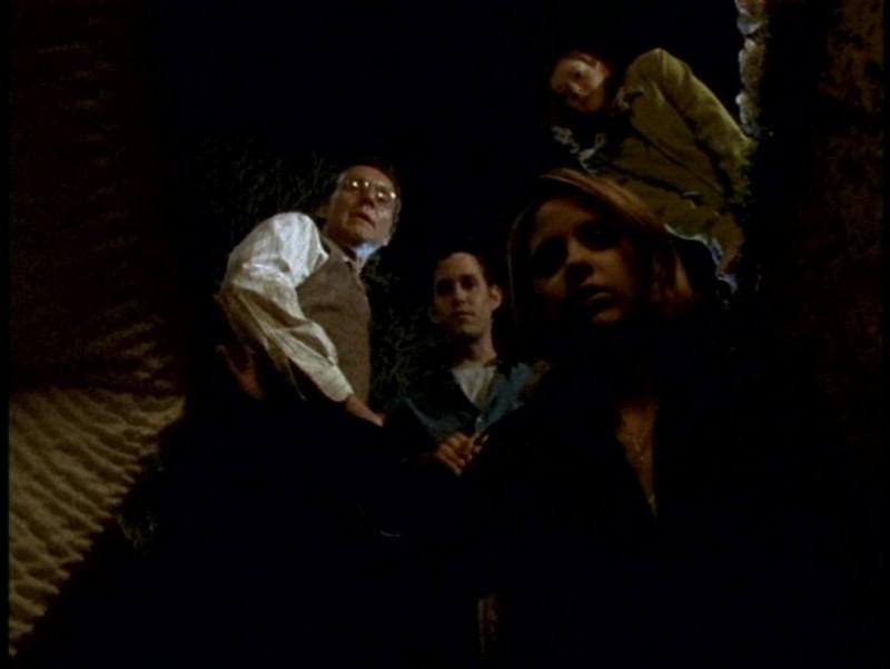 Sarah Michelle Gellar, Anthony Head, Alyson Hannigan e Nicholas Brendon in una scena dell'episodio 'Pezzi di ricambio' di Buffy - L'ammazzavampiri