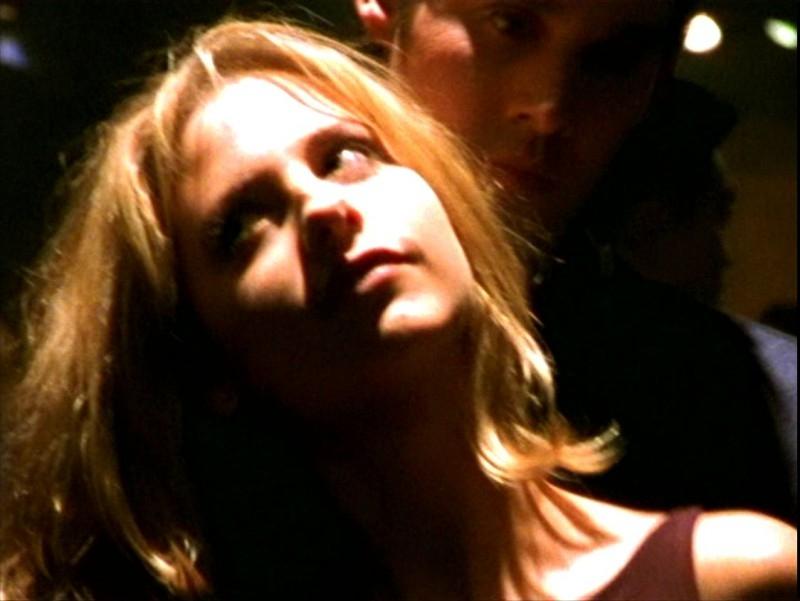 Sarah Michelle Gellar e Nicholas Brendon in una scena dell'episodio 'L'ombra del maestro' di Buffy - L'ammazzavampiri
