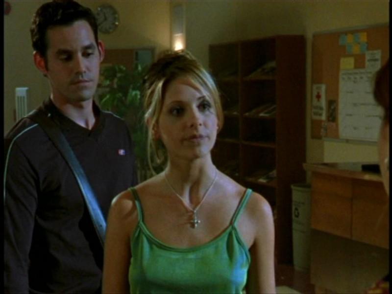 Sarah Michelle Gellar e Nicholas Brendon in una scena dell'episodio 'Pezzi di ricambio' di Buffy - L'ammazzavampiri