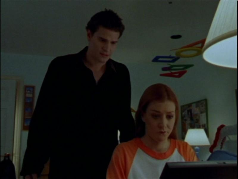 Alyson Hannigan e David Boreanaz in una scena dell'episodio 'La verità fa male' di Buffy - L'ammazzavampiri