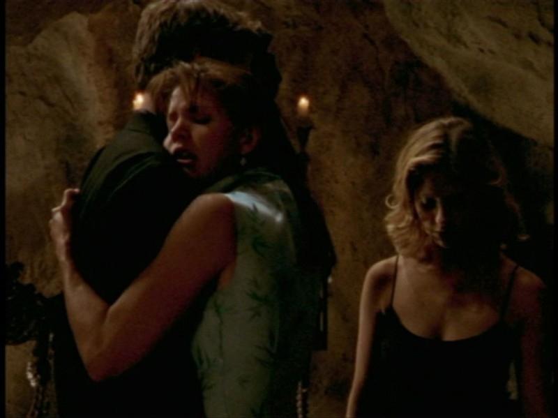 Charisma Carpenter, David Boreanaz e Sarah Michelle Gellar in una sequenza dell'episodio 'Festa macabra' di Buffy - L'ammazzavampiri