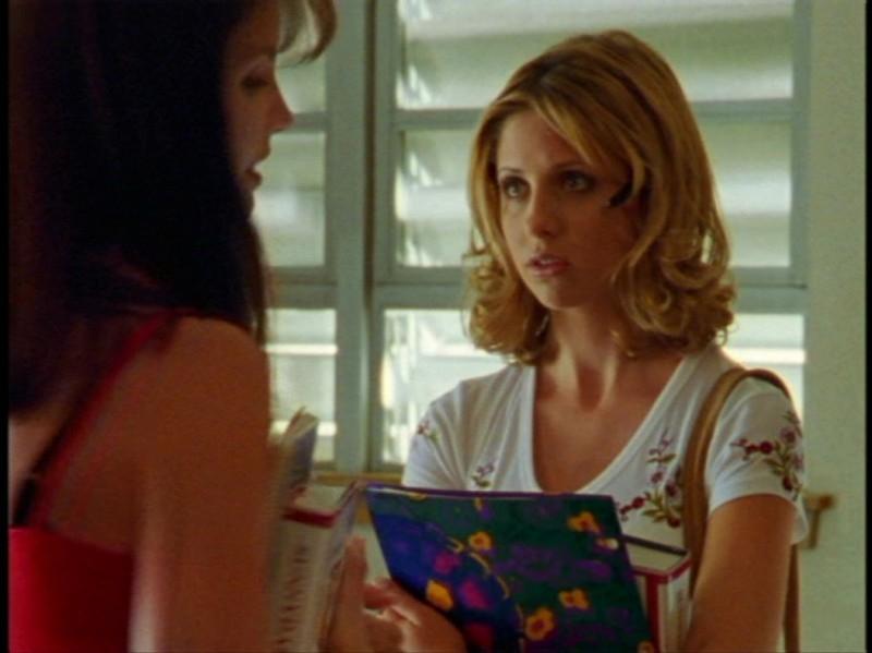 Charisma Carpenter e Sarah Michelle Gellar in una scena dell'episodio 'Festa macabra' di Buffy - L'ammazzavampiri