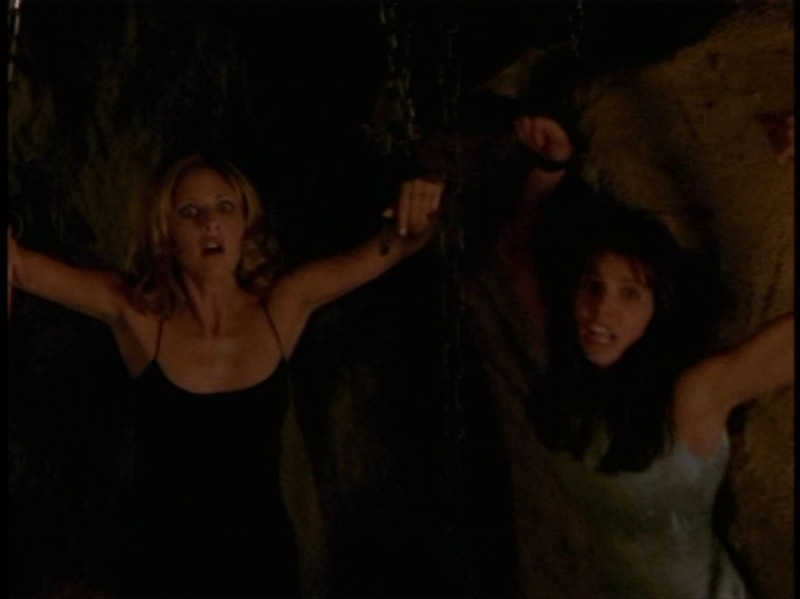 Charisma Carpenter e Sarah Michelle Gellar in una sequenza dell'episodio 'Festa macabra' di Buffy - L'ammazzavampiri